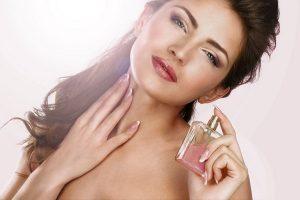 Xịt nước hoa đúng cách cho nữ Sau tai